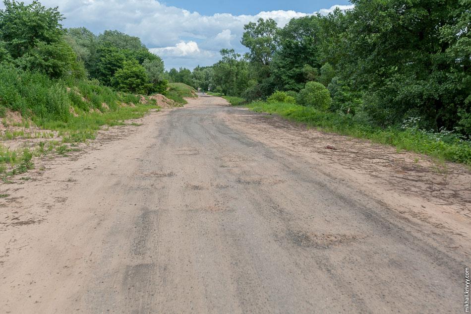 Старую дорогу расширили и положили какую то смесь асфальта и асфальтовой крошки. Похоже готовились к визиту августейших особ.
