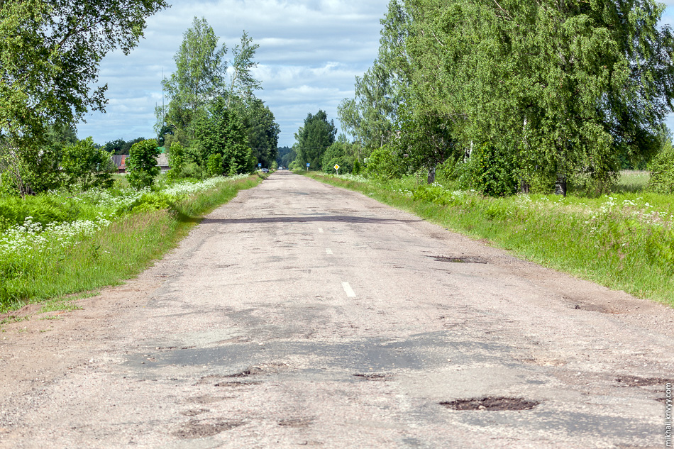 Эти отверстия опасны еще и тем, что никак не выделяются на фоне остальных ям. Дорога Новоселицы - Папоротно, вид в сторону деревни Посад.