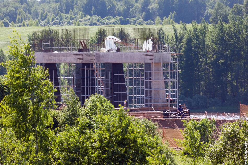 Активно ведутся работы и по строительству моста через реку Волхов. Опора №15 почти готова.