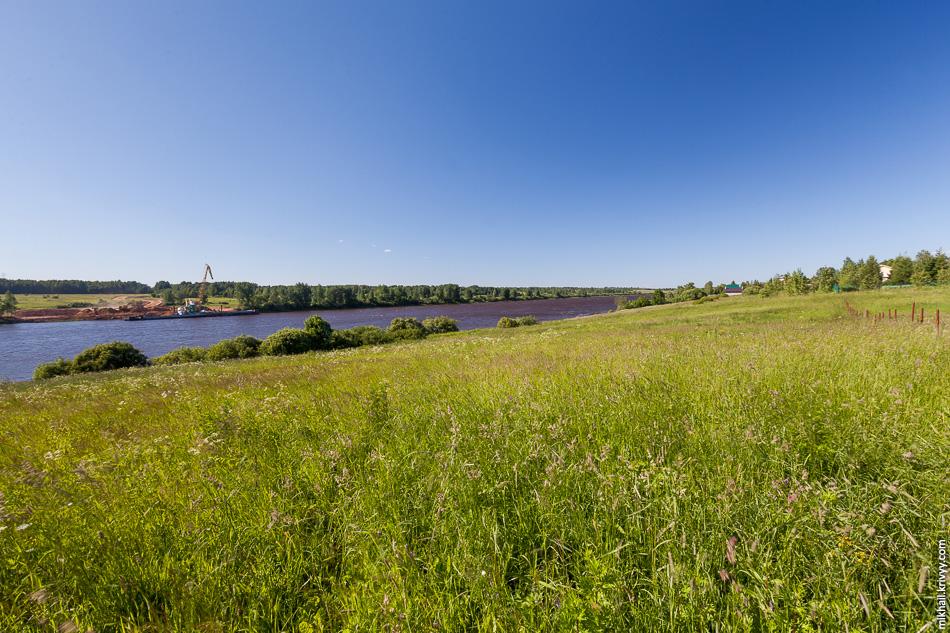 А вот где-то здесь, на левом берегу, находилось имение С.В. Рахманинова. Местные общественники никак не могут успокоится по этому поводу.