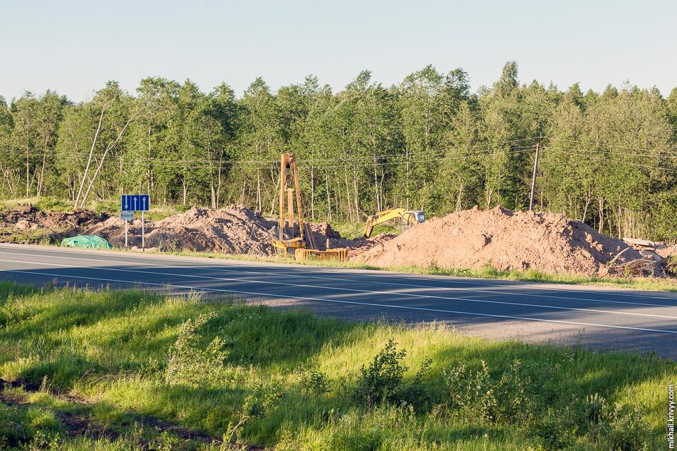 Газовики проходят под М10. Из-за близости железной дороги магистральный газопровод приходится дважды пропускать под М10. С южной стороны работы закончили около двух месяцев назад, а с северной стороны (на фото) еще работают.