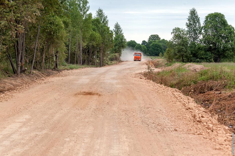 """От Захарьино до места где когда располагалась усадьбы """"Онег"""" около 7 км. Тут строители сильно расширили небольшую грунтовую дорогу."""