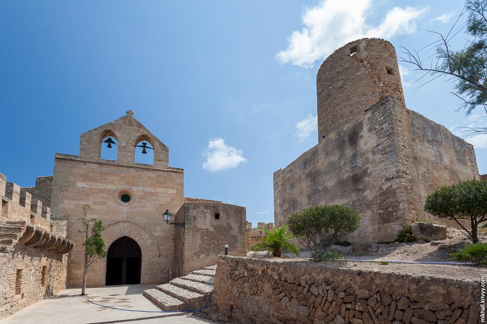 Церковь Виргин де ла Эсперанца и главная башня крепости.