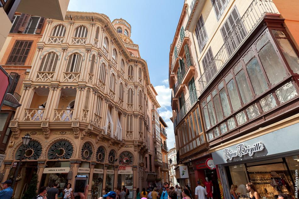 В целом город не создает впечатление жилого. Больше похоже на декорации или туристический аттракцион.