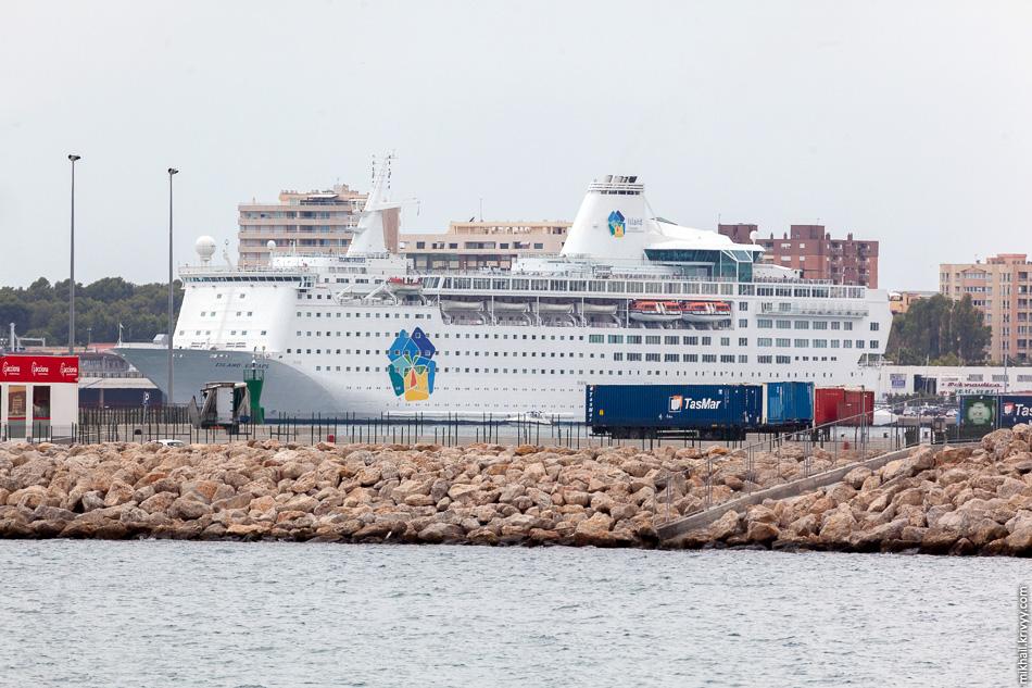 В порту было удивительно немного круизных судов.