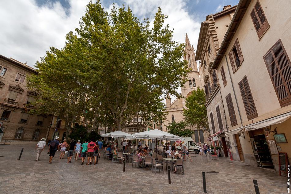 Типичное летнее кафе на типичной площади.