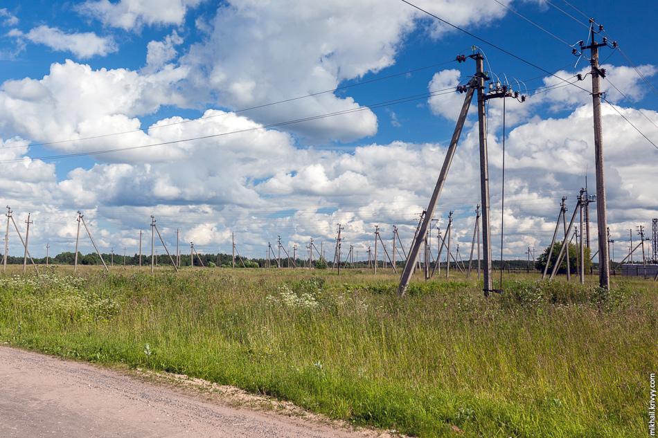 Лес столбов, еще одна примета советской глубинки. Даже в самых бедных районах соседних Латвии и Эстонии стараются коммуникации убрать под землю. Правда на фото расходящиеся 10 кВ линии от подстанции 110/10 кВ.