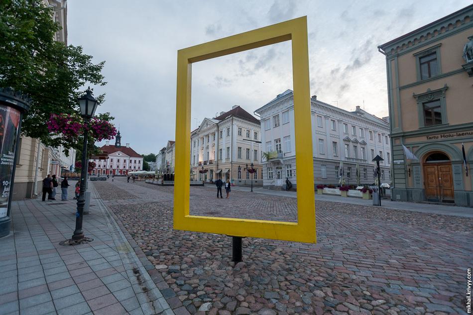 На ратушной площади в Тарту поставили рамку National Geographic. Ее можно крутить.
