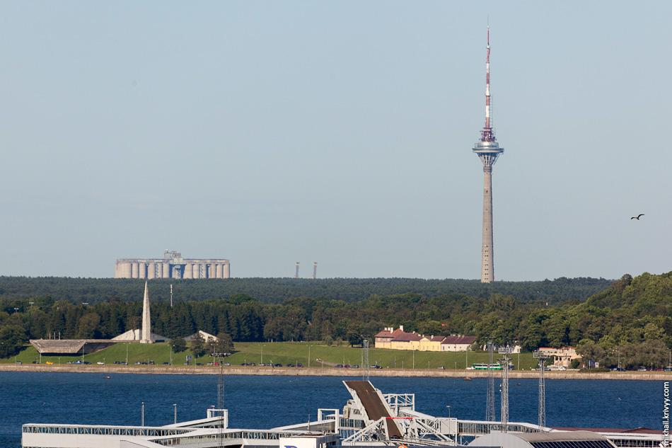 """Таллинский порт, таллинский залив, таллинская телебашня и элеватор в порту Мууга. Там у новгородского """"Акрона"""" свой терминальный комплекс для перевалки минеральных удобрений."""
