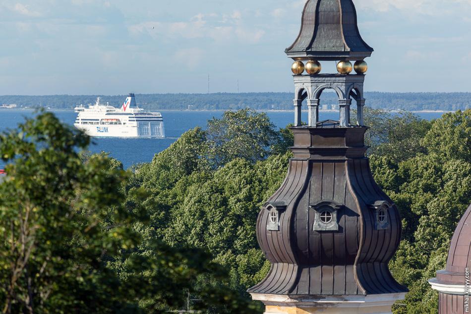 Апостольская православная церковь Преображения Господня и паром M/S Victoria  I компании Таллинк. Он ходит по маршруту Таллин - Стокгольм.