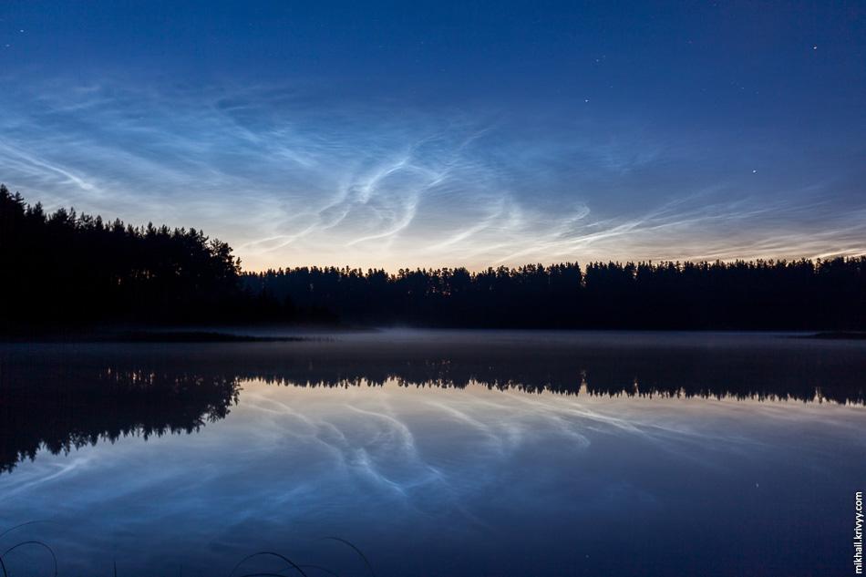 1. Бытуют легенды, что это серебристые облака. Возможно. Такая облачность у нас  почти каждый ясный день после заката и перед рассветом. Сейчас это с полуночи до часу и с четырех до пяти утра.