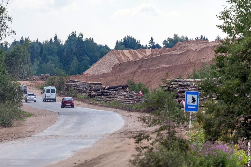 На месте будущей транспортной развязки сейчас складируют песок.