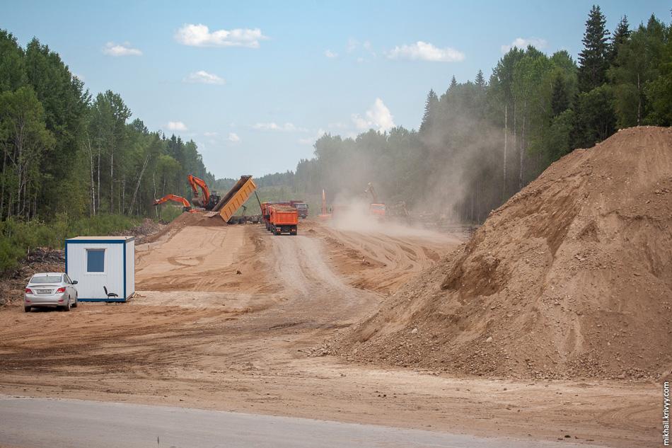 В сторону Москвы начались земляные работы. Снимается грунт и укладывается подушка.