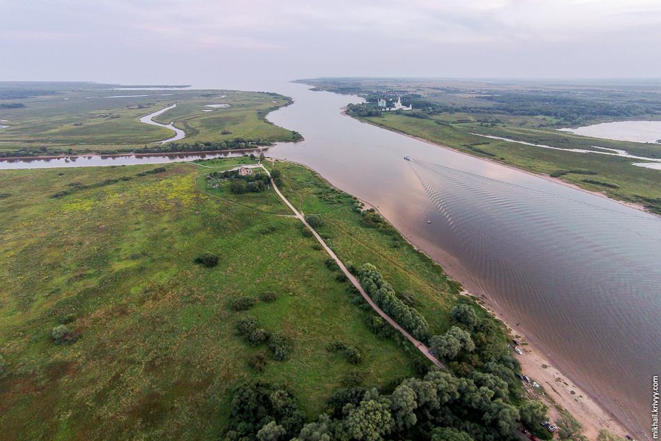 Исток Волхова. На горизонте озеро Ильмень, слева в Волхов впадает Сиверсов канал.