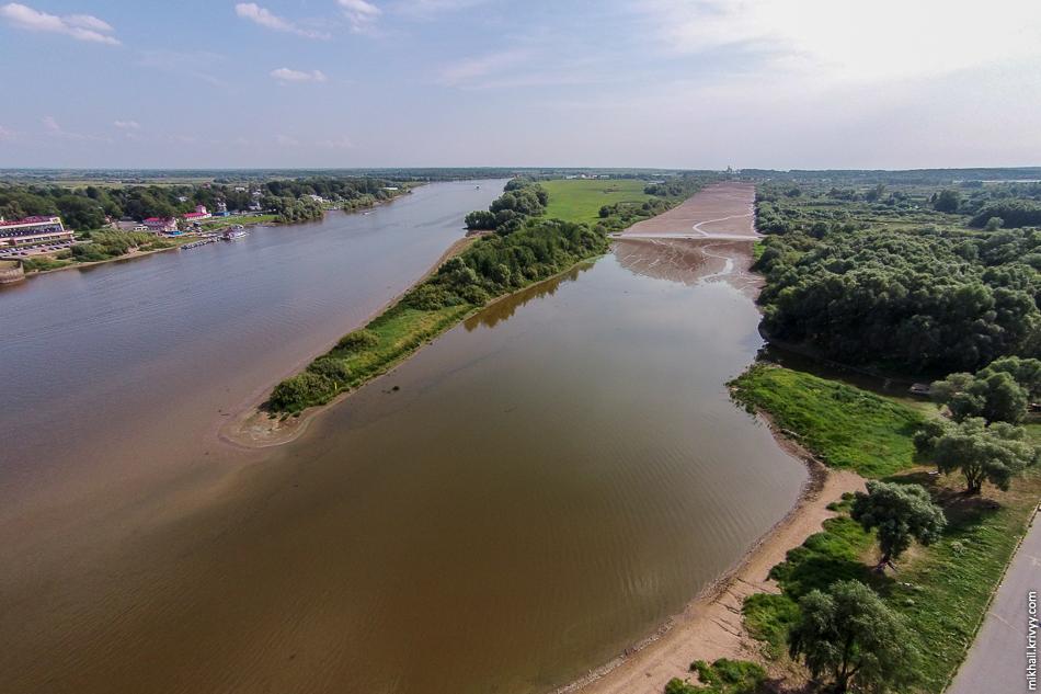 Этой зимой почти не было снега. Как результат, воды в Волхове мало. И это начало августа. То ли еще будет. Гребной канал можно смело называть выгребным.