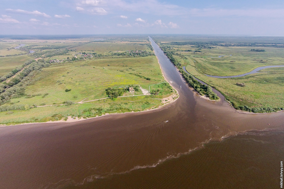 Вода в Ильмене зацвела. Воняет ужасно. Через Сиверсов канал, со Мсты, в Волхов попадает некоторое количество более чистой воды.