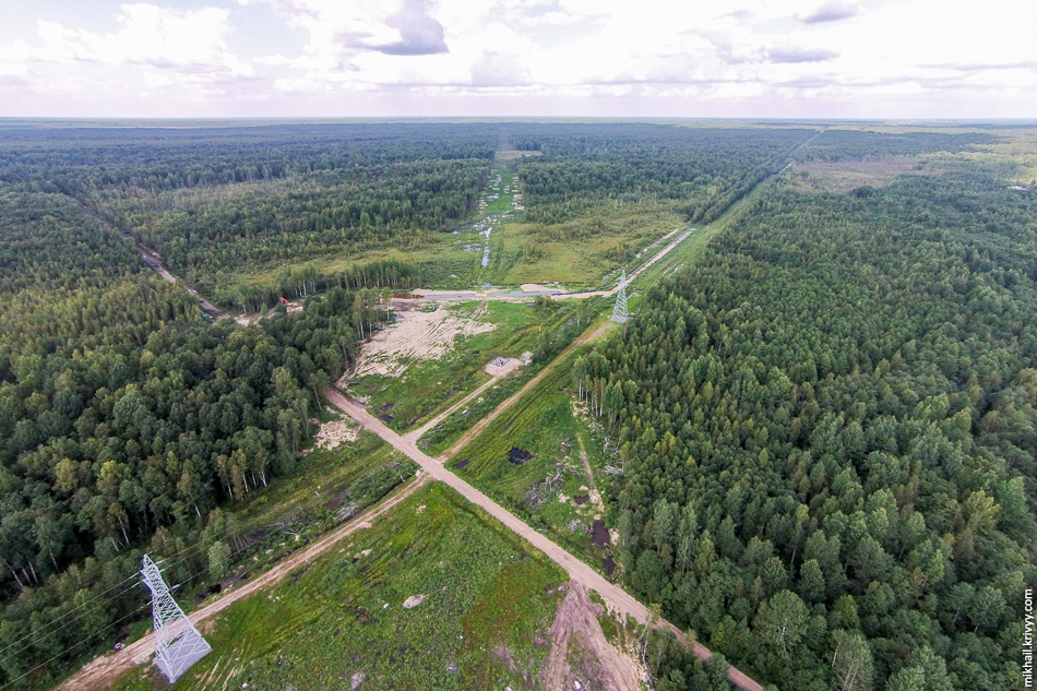4. Вид в сторону Москвы. До сих пор ведутся работы по переносу газопровода. Связисты с электриками закончили еще весной.