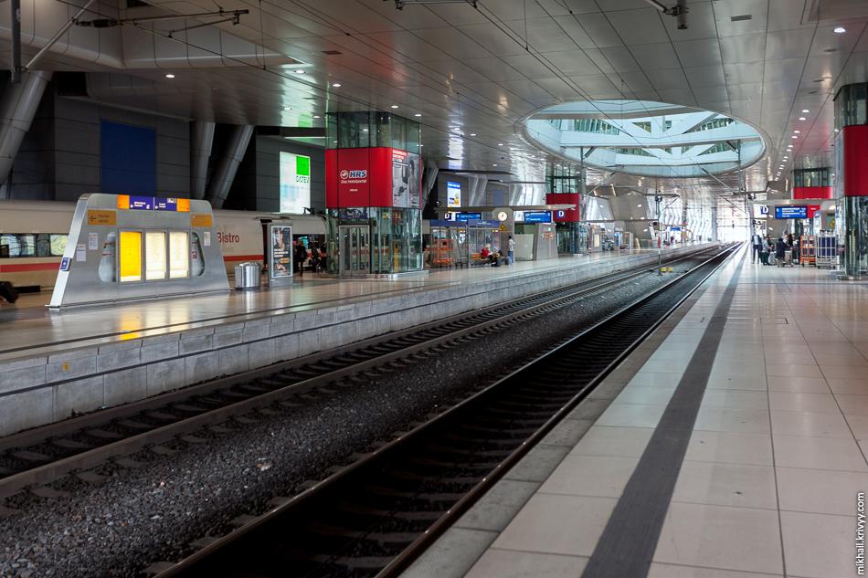 Вокзал поездов дальнего следования в аэропорту Франкфурта-на-Майне.