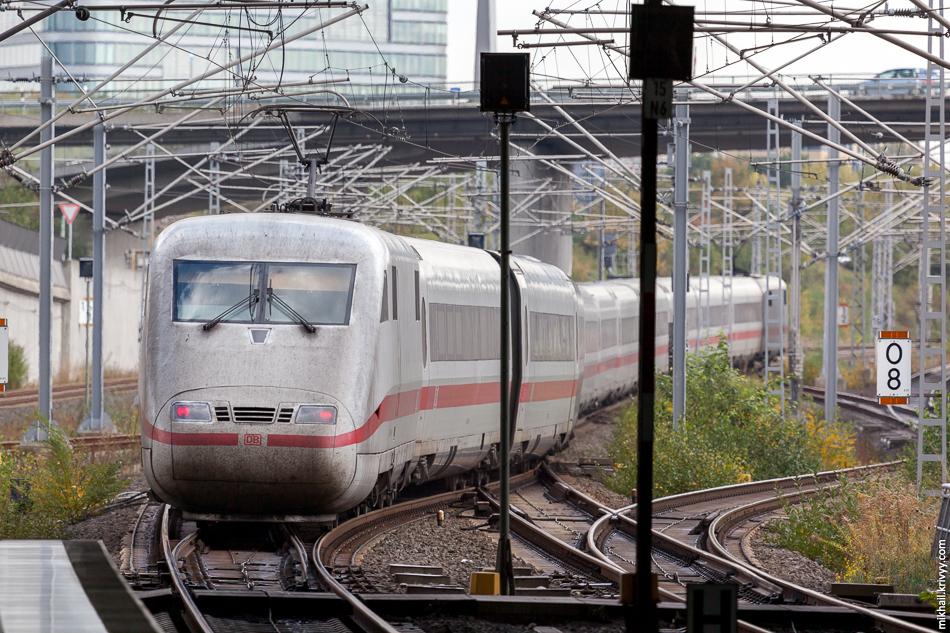 Междугородный экспресс ICE2 прибывает на вокзал аэропорта Франкфурт-на-Майне.