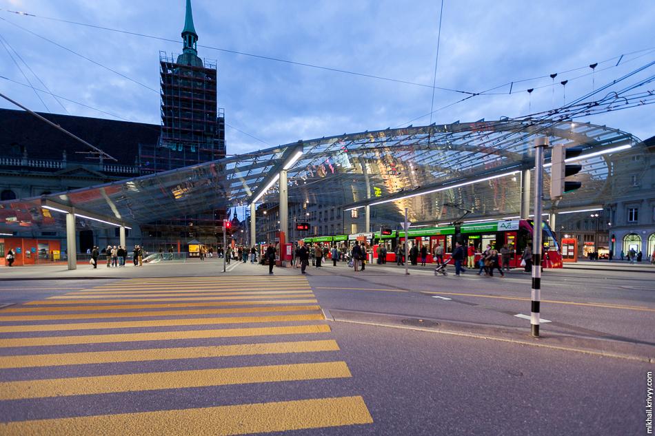 Трамвайная остановка у центрального вокзала.