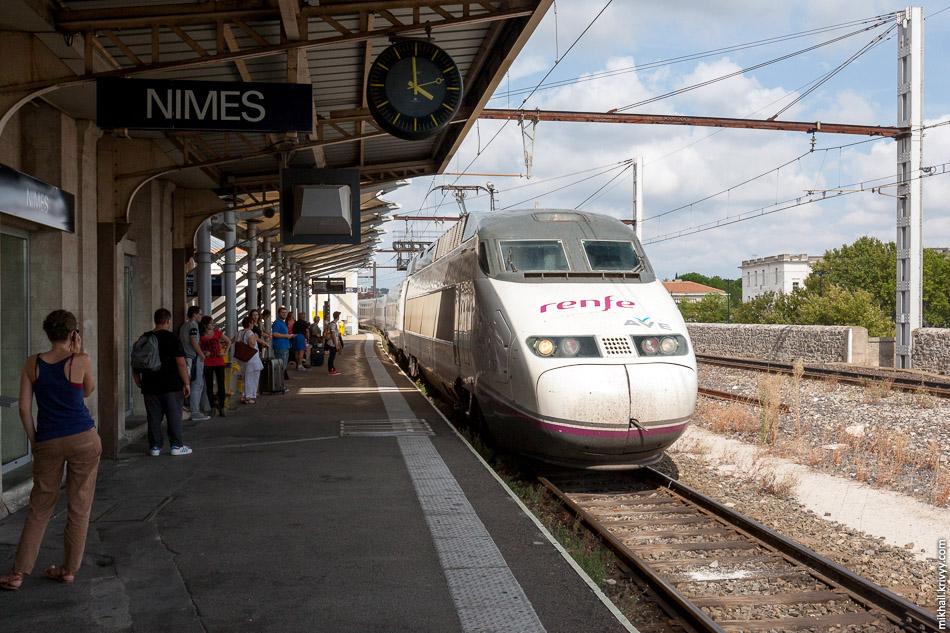 AVE Class 100 (TGV Atlantique) Лион - Барселона прибывает на станцию Ним, Франция.