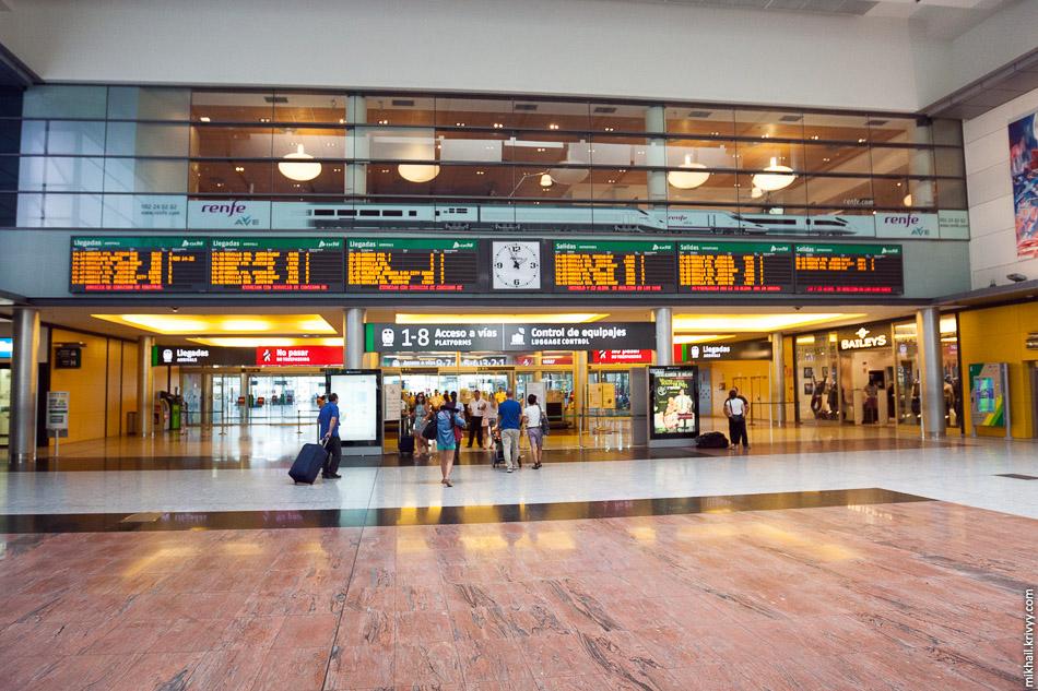 Выход к платформам вокзала Малага Мария Замбрано. Выход к платформам с проверкой безопасности, а непосредственно на платформы уже по билетам.
