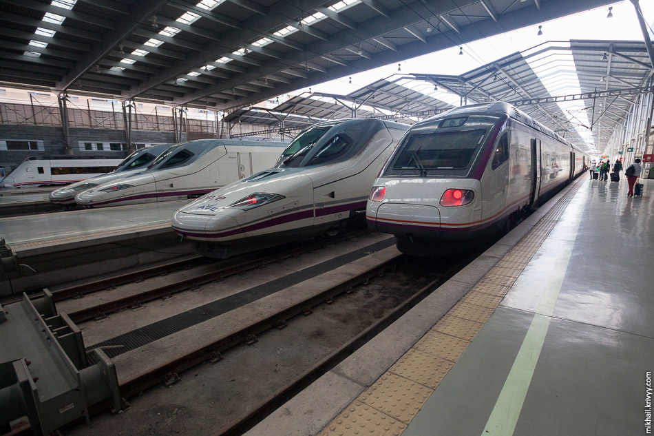 Поезда AVE Class 102 (Talgo 350) и AVE Class 104 (Pendolino) на вокзале Малага Мария Замбрано.