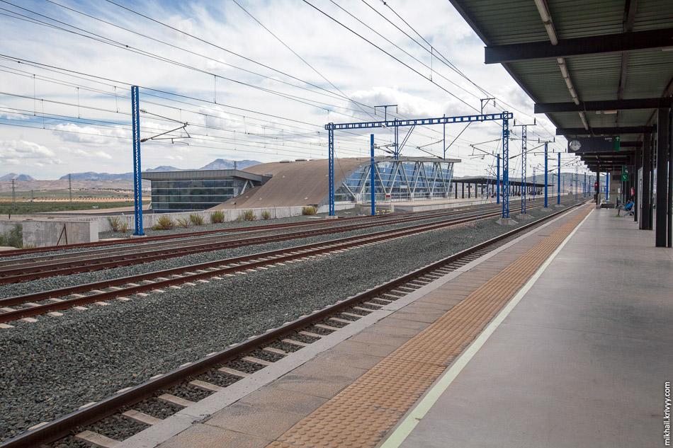 Антекера Санта-Анна - типичная загородная станция высокоскоростной железной дороги. Два центральных пути используются для безостановочного движения, по ним поезда идут со скоростью 300 км/ч. Два боковых для остановок.