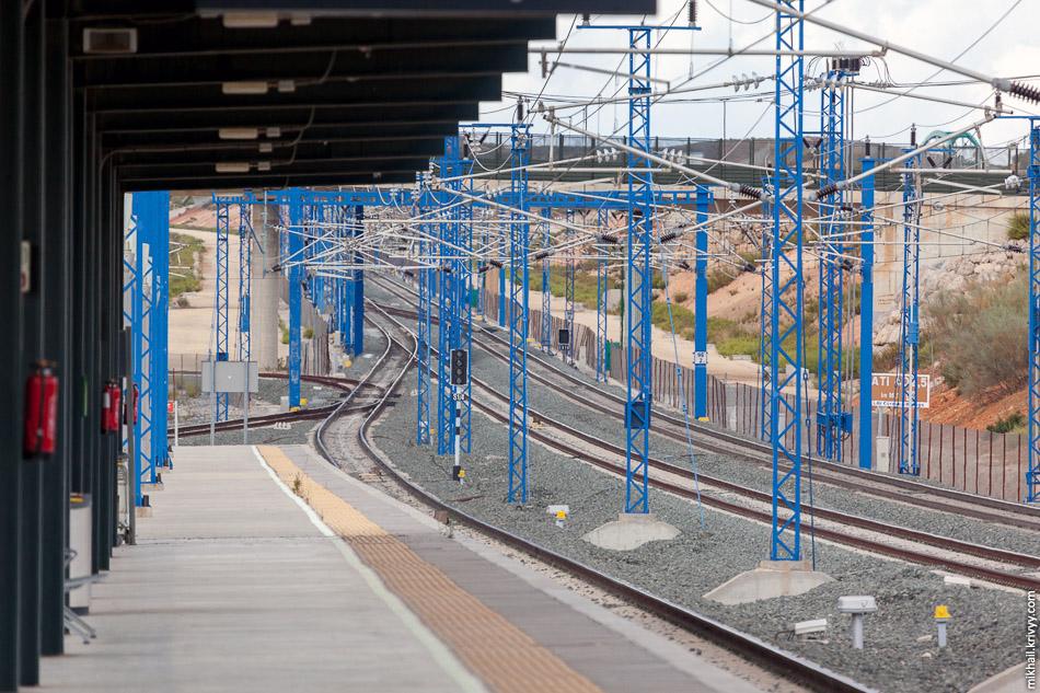 Правда на станции Антекера Санта-Анна есть еще одна дополнительная платформа для обычных поездов. Там иберийская колея и она соединена с сетью регулярных железных дорог.