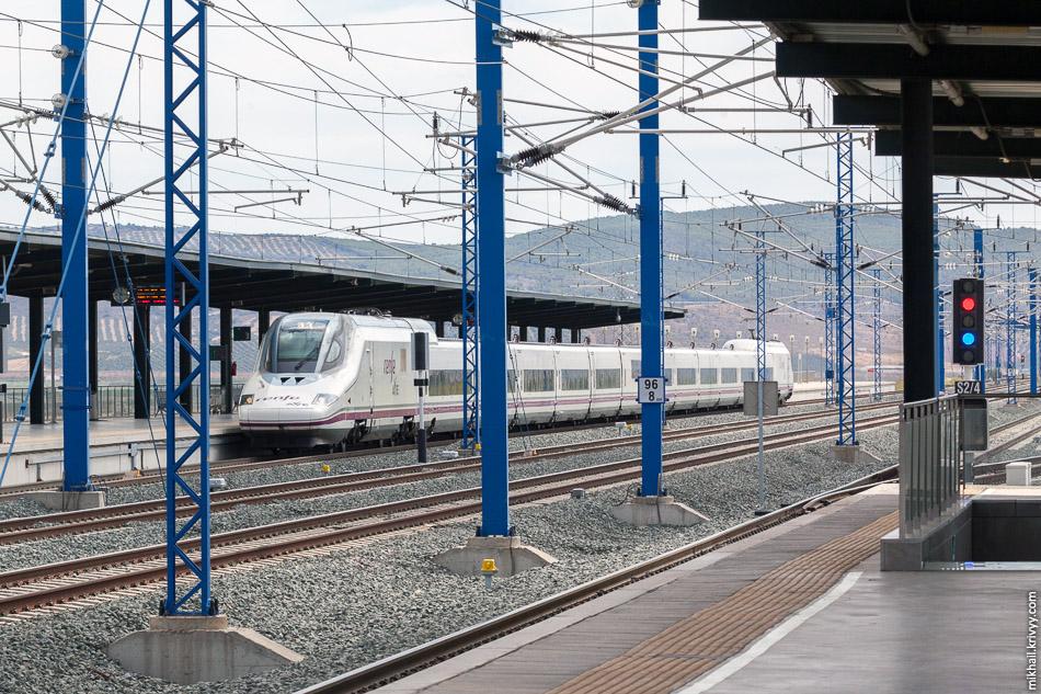 AVE Class 102 (Talgo 350) Малага - Мадрид на станции Антекера Санта-Анна. Интересная сигнализация.