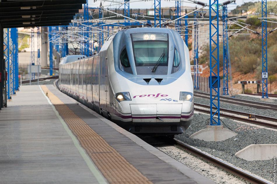 Мой поезд на Малагу. В этот поезд я сел без проверки билетов. Параллельно была активная посадка на поезд до Мадрида и на меня не обратили особого внимания. Я был единственным желающим доехать от Антекеры до Малаги за 23 минуты и 22 евро :)