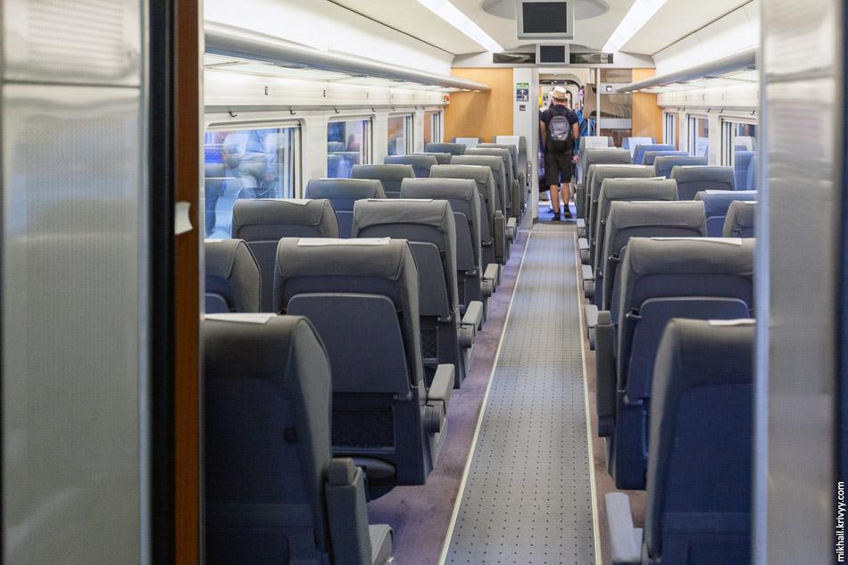 Внешне небольшие вагоны поезда Тальго 350 внутри вполне просторны и комфортны.