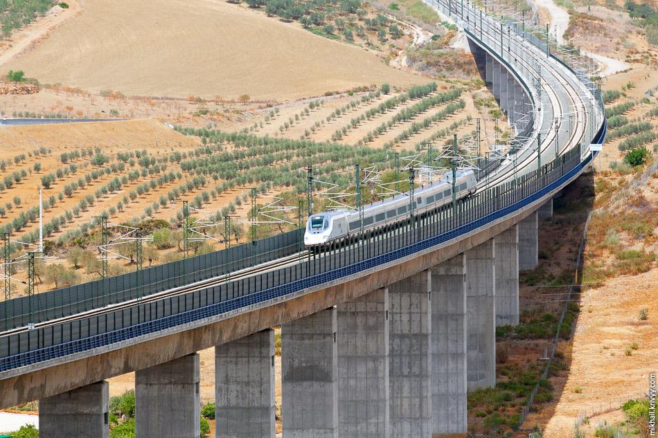 Высокоскоростной поезд AVE Class 102 (Talgo 350). Виадук на высокоскоростной линия Кордоба - Малага. Скорость поезда в момент съемки - 300 км/ч.