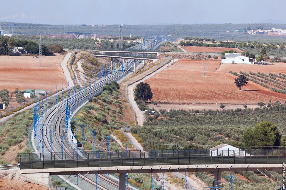 Высокоскоростная линия Кордоба - Малага. Длина - 155 км, 19 виадуков общей длинной 11 км, 8 тоннелей общей длинной 25 км и бесчисленное количество путепроводов над и под железной дорогой.