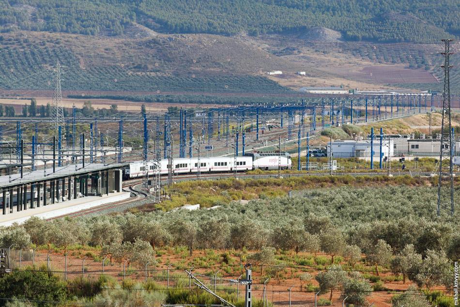 Поезд ALTARIA 09330 Мадрид - Альхесирас на пункте смены ширины колеи. Станция Антекера Санта-Анна.