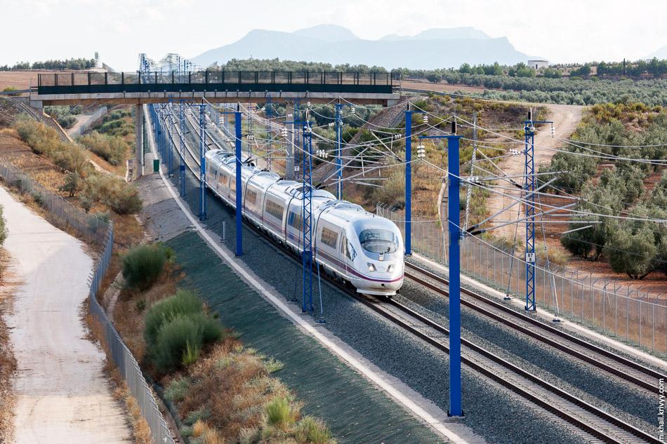 """AVE Class 103, он же Velaro E, он же """"Сапсан"""", следует из Малага в Мадрид. Высокоскоростная линия Кородоба - Малага."""