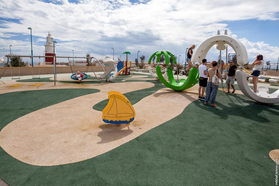 Хорошая детская площадка хорошо видна по количеству играющихся взрослых.