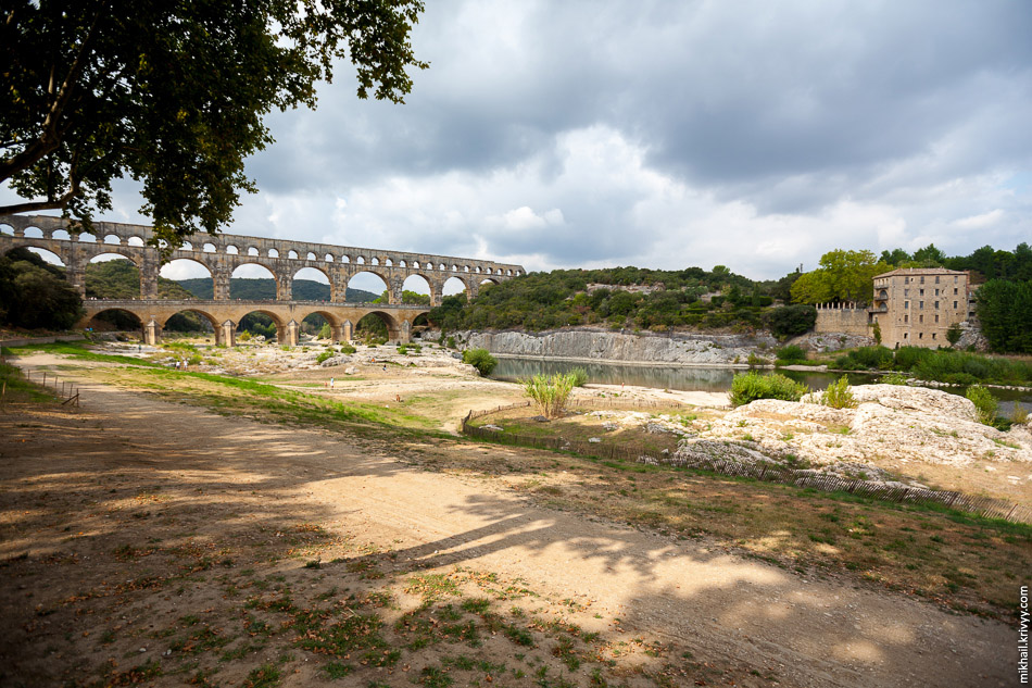 Акведук Пон-дю-Гар (Pont du Gard). Вид с правого берега и восточной стороны.