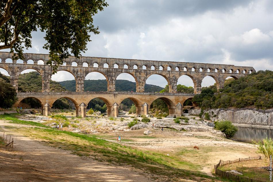 Есть версия, что именно акведук Пон-дю-Гар изображен на купюре 5 евро.