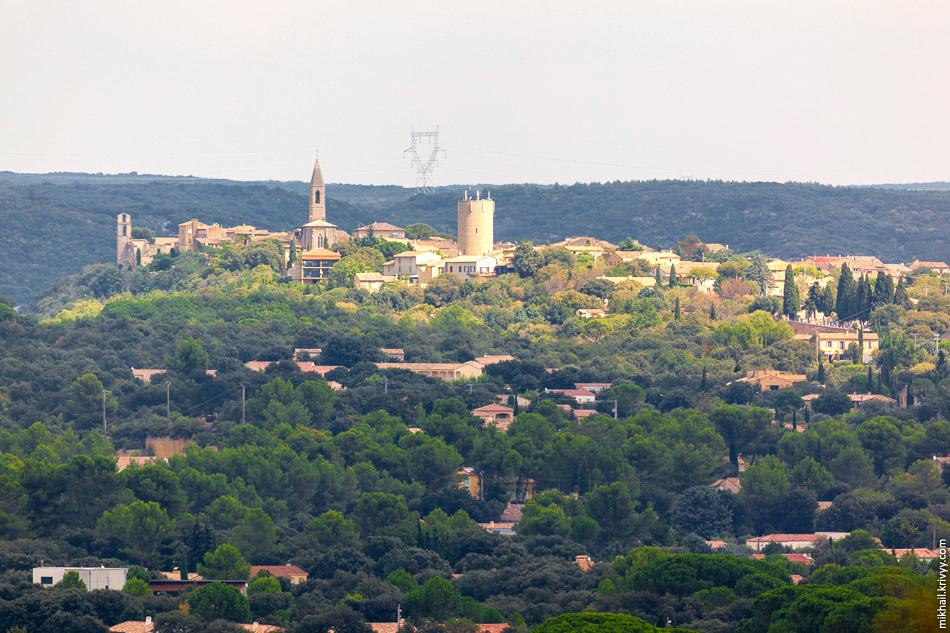 С окрестных холмов открывается живописный вид на городок Castillon-du-Gard.