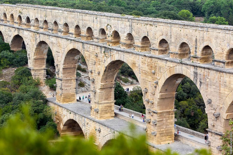 Водопровод перестал действовать вскоре после падения Римской империи, однако сам акведук на протяжении столетий использовался в качестве моста для повозок. Для пропуска габаритных транспортных средств часть опор была выдолблена, что создавало угрозу обвала всего сооружения.