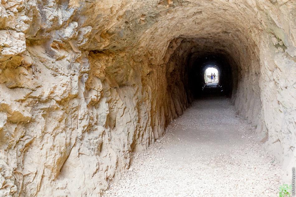 На правом берегу вода с виадука сразу попадала в тоннель. Чем-то напомнило левады Мадейры.