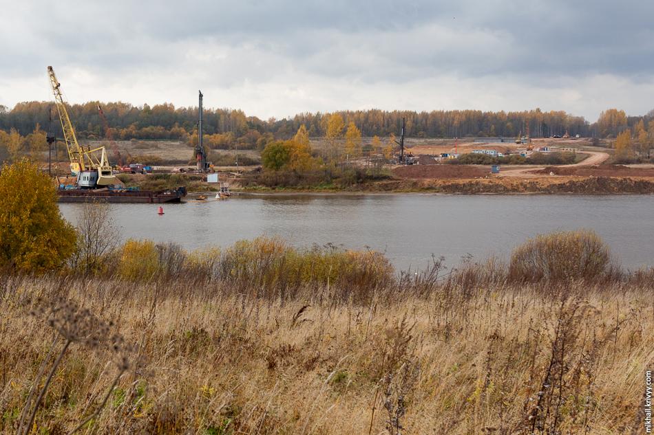 Общий вид на происходящее на левом берегу. Хорошо видно что ведутся земляные работы не по мосту, но и по самой дороге.