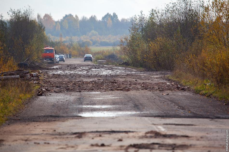 А на основной дороге сняли верхний слой асфальта и накидали кучу грязи.