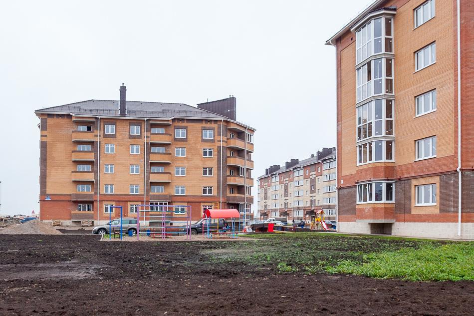 """А это """"современная"""" детская площадка в новом соседнем дворе! Этот квартал будет сдан в эксплуатацию в конце этого года."""