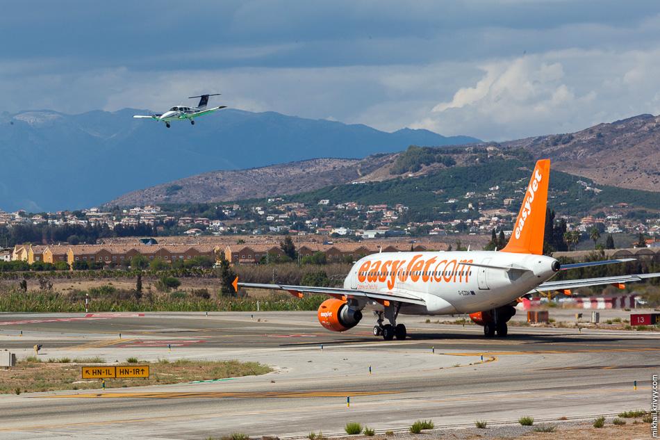 Какой-то малыш прилетел. G-EZDH. Airbus A319 авиакомпании easyJet.