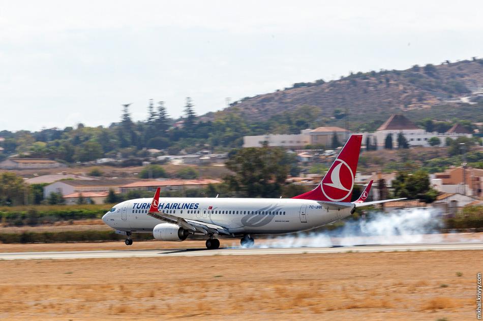 TC-JHR. Boeing 737 авиакомпании Turkish Airlines. С ним вышло немного экшена. В последний момент его отправили на второй круг. Похоже, из-за того ,что впереди идущий борт был слишком близко.