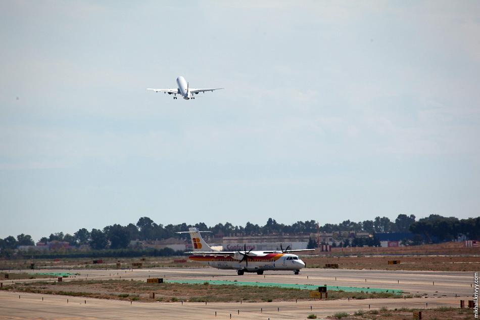 EC-LRU. ATR-72 авиакомпании Air Nostrum. Они тут на совсем коротких рейсах до Севильи, Аликанте и Валенсии.