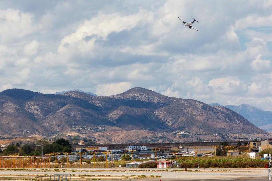 Вообще, маленькие самолеты очень зрелищно заходили на посадку.