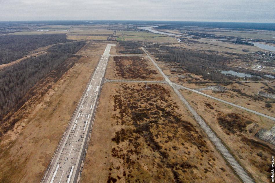 Взлетно-посадочная полоса аэропорта Кречевицы. Вид на север. Хорошо видно что полоса была удлинена. Это сделали практически перед закрытием аэропорта.